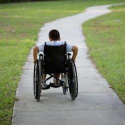 طالب يبتكر كرسياً يعمل بالنظر لمساعدة ذوي الاحتياجات الخاصة