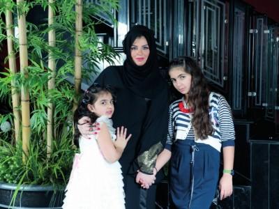 سيدة-الأعمال-السعودية-شروق-سليمان-مع-بناتها