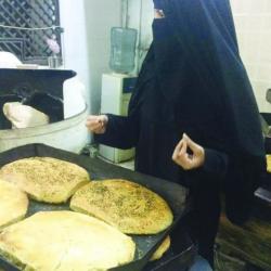 سعودية تُديـر وتعمـل في مخبز بـ #جدة !