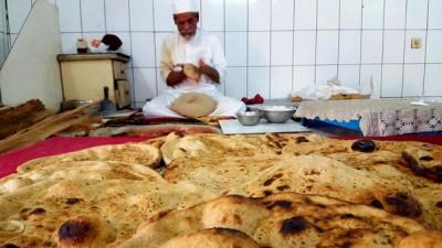 سعودي ينتج 400 خبزة حمراء يومياً بيده !