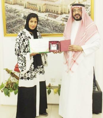 تكريم طالبة سعودية متفوقة في الإمارات