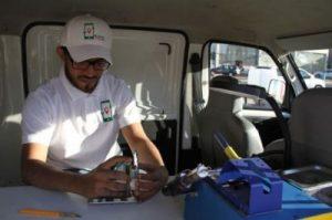 الشاب-الرديعان-يقوم-بإصلاح-جهاز-جوال-داخل-سيارته-المتنقله-513x340