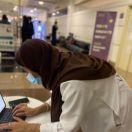 طالبة تستخدم تقنية الواقع المختلط لمساعدة مرضى الشلل الارتعاشي